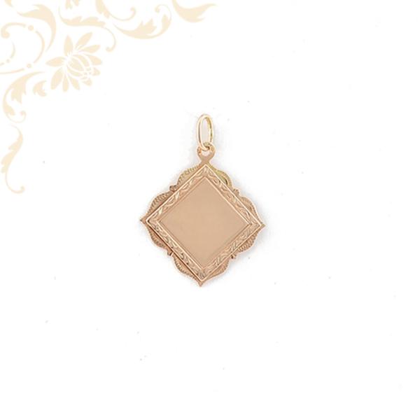 Vésett mintával díszített arany lapmedál.