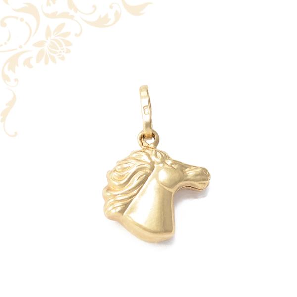 Lófejet ábrázoló arany medál (3D)