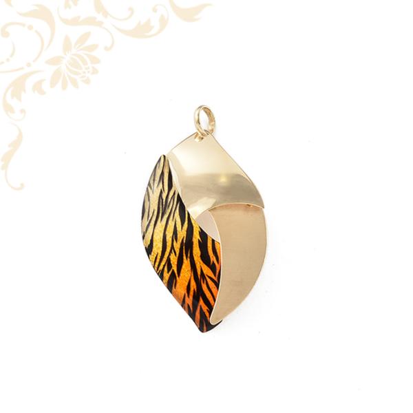 Lakkbevonattal díszített női arany medál