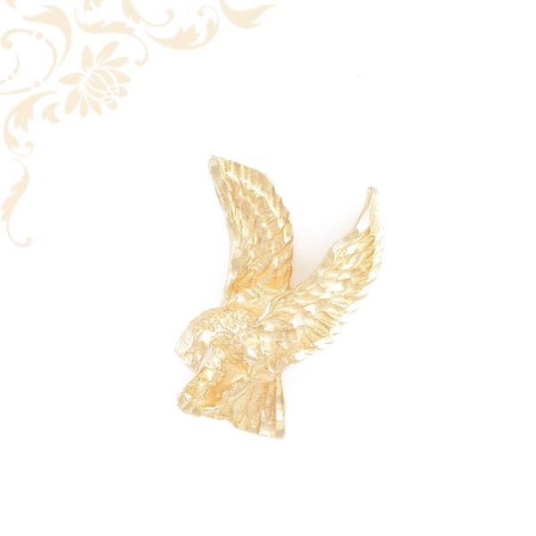 Turulmadarat ábrázoló arany medál