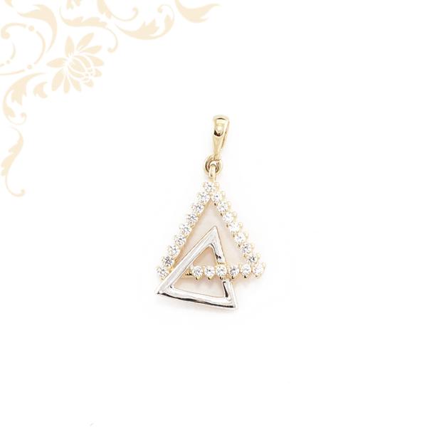 Dupla háromszög alahú arany medál cirkónia kövekkel díszítve.