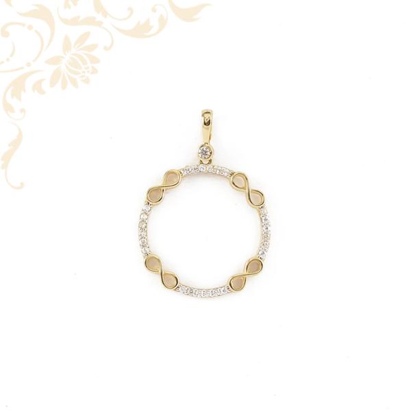Infinity - végtelen jelekkel szimbolizált, kör alakú, fehér színű cirkónia kövekkel ékesített, női köves arany medál