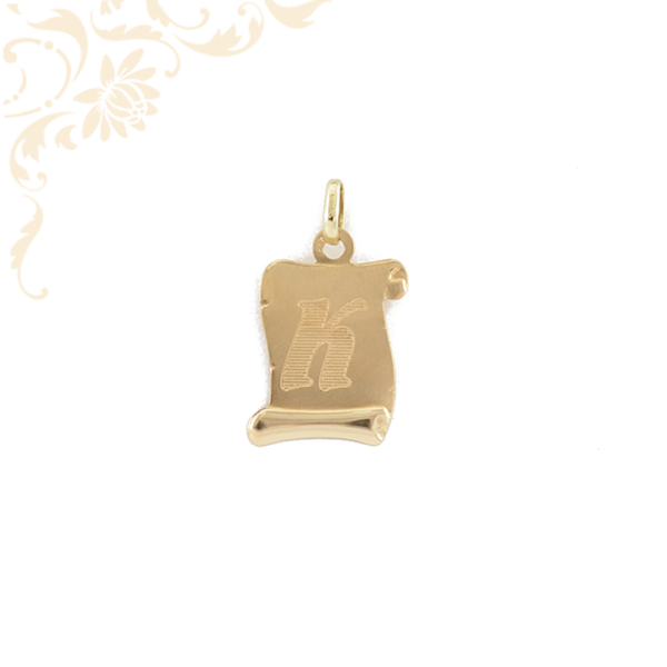 Gyémántvésett K betűvel díszített, pergamen arany medál.