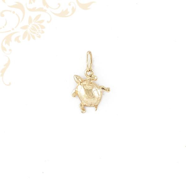 Teknősbékát ábrázoló arany medál