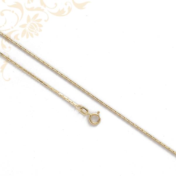 Kis súlyú arany nyaklánc, melyet egy szép medál még mutatósabb viseletté varázsolhat.