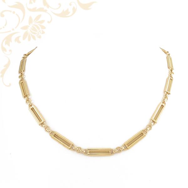 Nagyon mutatós arany nyaklánc, melynek pálcás szemeinek közepét sodort aranydrót díszíti.