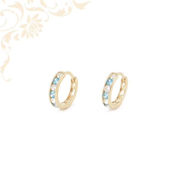 Fehér és kék színű kövekkel, hátul áttört mintával díszített, gyermek köves arany karika fülbevaló.