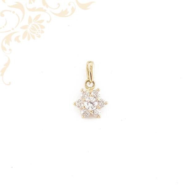 Virág formájú, fehér színű cirkónia kövekkel díszített arany medál.