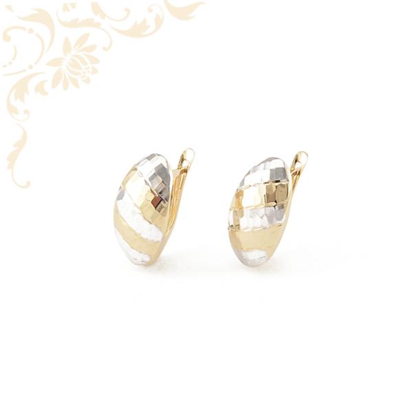 Nagyon elegáns, domború formájú, gyémántvésett mintával és ródium bevonattal díszített, női arany fülbevaló