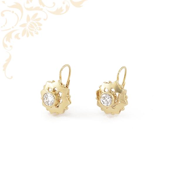Nagyon elegáns, fehér színű cirkónia kővel díszített, női köves arany fülbevaló
