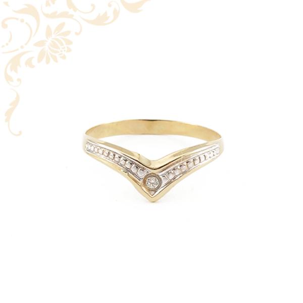 Gyémántvésett mintával, fehér színű cirkónia kővel és ródium bevonattal díszített, női köves arany gyűrű