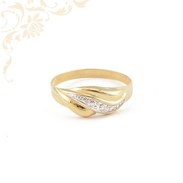 Kis súlyú, gyémántvésett mintával díszített, női arany gyűrű.