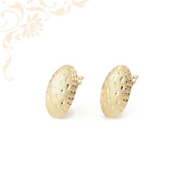 Nagyon elegáns, gyémántvésett mintával díszített női arany fülbevaló.