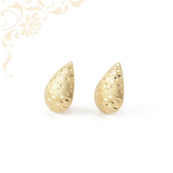 Csepp alakú, gyémántvésett mintával díszített, női arany fülbevaló
