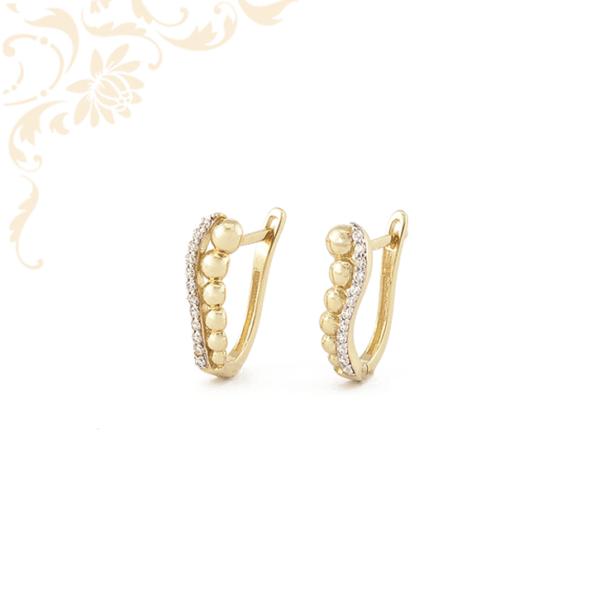 Arany gömbökkel és fehér színű cirkónia kövekkel díszített arany fülbevaló.