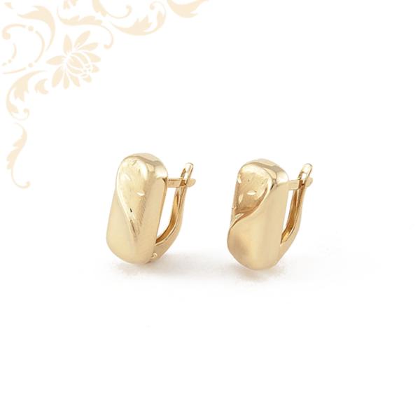 Gyémántvésett mintával és mattítással díszített női arany fülbevaló