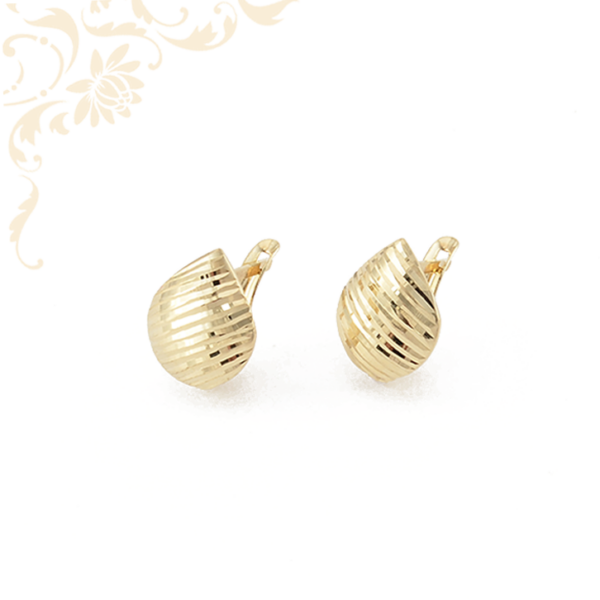 Gyémántvésett mintával díszített arany fülbevaló