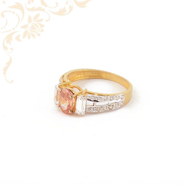 Nagyon szép és mutatós, narancssárga színű szintetikus, fehér színű cirkónia kövekkel és ródium bevonattal díszített, női köves arany gyűrű.