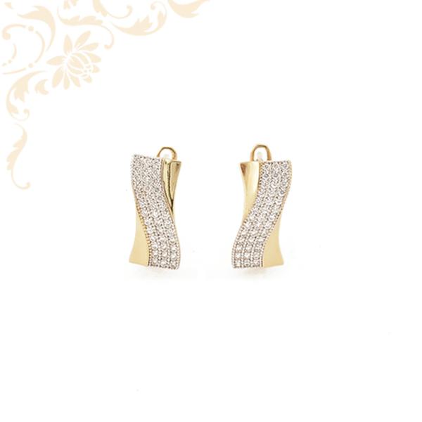 Exkluzív megjelenésű, csillogóan fehér színű cirkónia kövekkel díszített, női arany fülbevaló