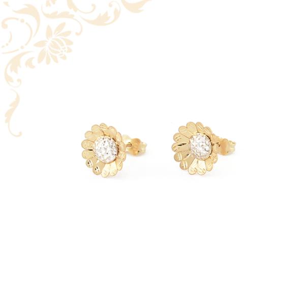 Gyönyörűségesen szép, virág formájú arany fülbevaló, gyémántvésett mintával és ródium bevonattal díszítve