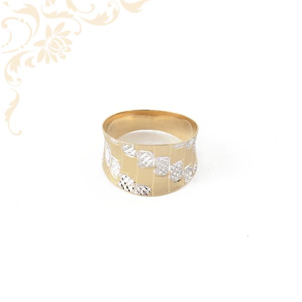 Nagyon dekoratív női arany gyűrű, gyémántvésett mintával díszítve.