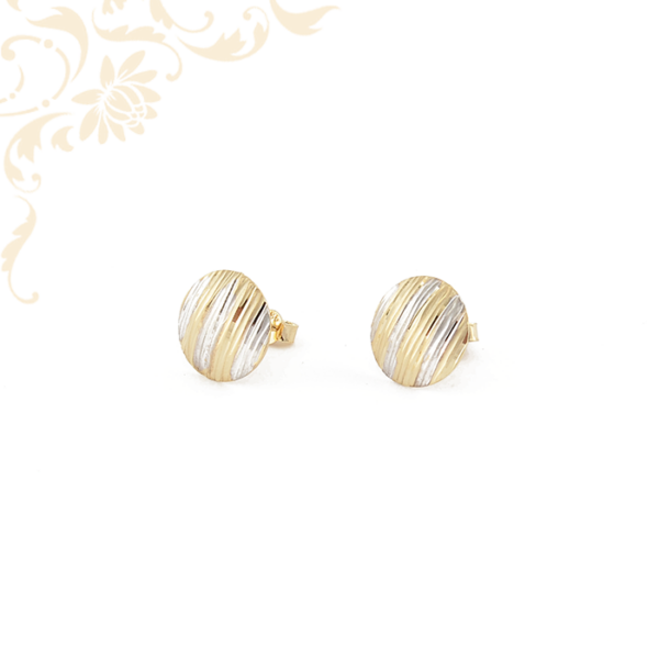 Kör alakú, gyémántvésett mintával díszített női arany fülbevaló.