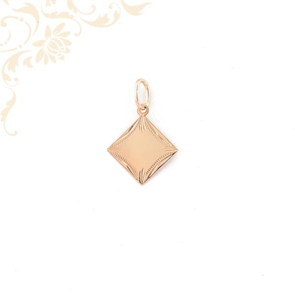 Gyémántvésett mintával díszített arany lapmedál