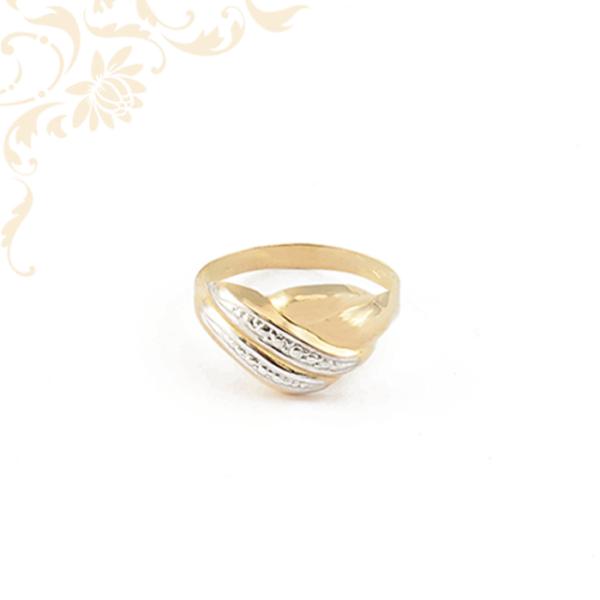 Kis súlyú, női arany gyűrű gyémántvésett mintával díszítve
