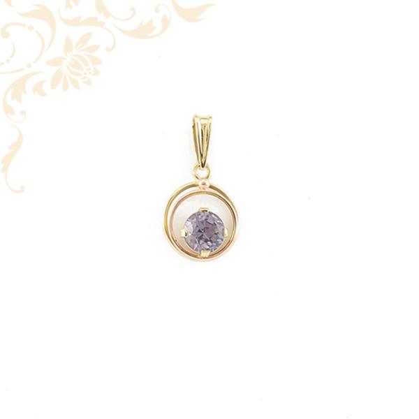 Gyönyörű lila színű szintetikus kővel ékesített, áttört, kör alakú női köves arany medál.