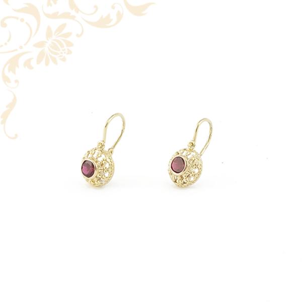 Klasszikus fazonú, áttört mintás női köves arany fülbevaló, mályva színű szintetikus kővel ékesítve.