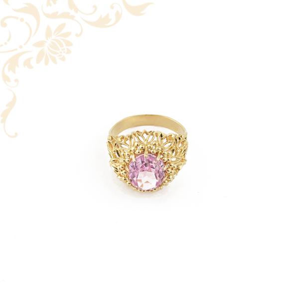 Áttört mintás, exkluzív megjelenésű női köves arany gyűrű, lilaszínű szintetikus kővel ékesítve.