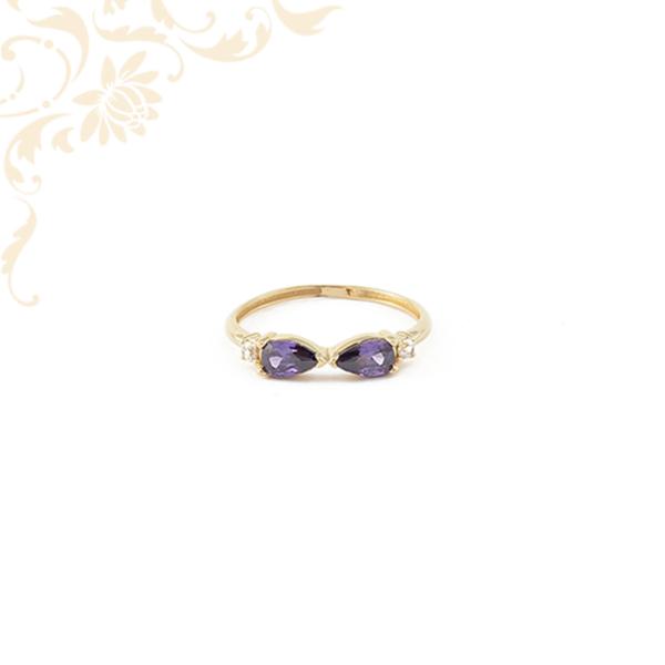 Lila színű szintetikus és fehér színű cirkónia kövekkel díszített, női köves arany gyűrű