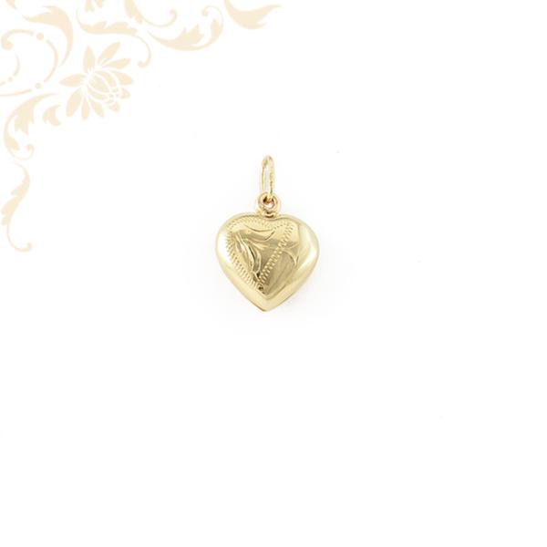 Oldalra nyitható szív alakú képtartó arany medál, gyémántvésett mintával díszítve