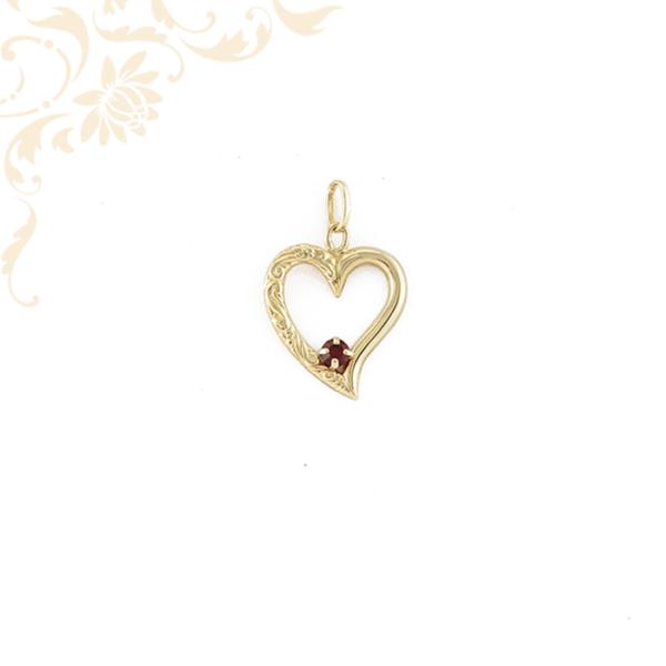Arany szív medál piros színű szintetikus kővel