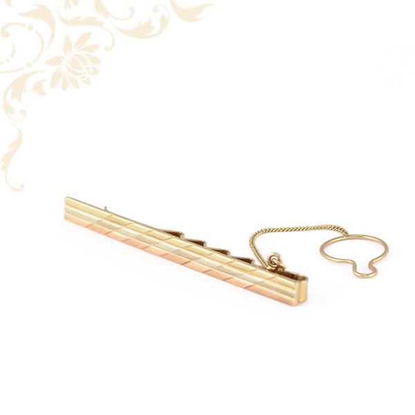 Háromszínű, véséssel díszített férfi arany nyakkendőtű, gombra akasztható biztosító lánccal