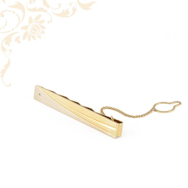 cirkónia kővel és véséssel díszített férfi arany nyakkendőtű, gombra akasztható biztosító lánccal