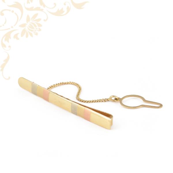 Háromszínű, férfi arany nyakkendőtű, gombra akasztható biztosító lánccal